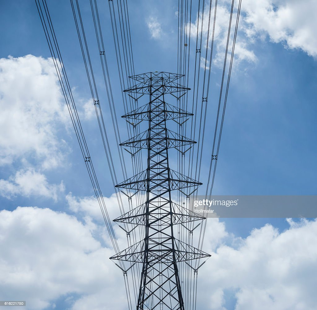 electricity transmission lines and pylon : Stockfoto