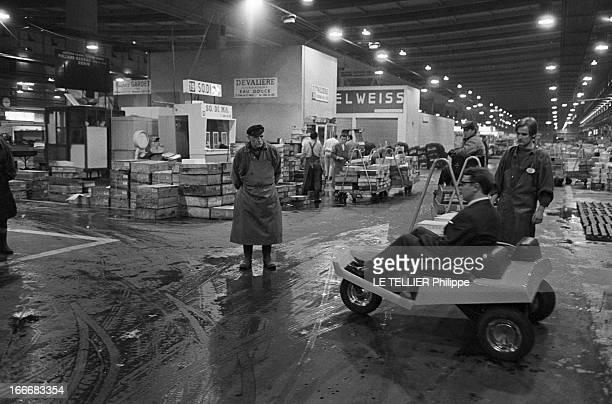 Electronic Car In The Halls Of Rungis Le 12 octobre 1969 présentation de la voiture électronique aux Halles de Rungisprototype expérimental concu par...