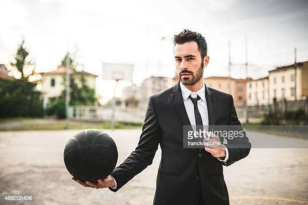 Elegante Mode-basketball-Spieler auf dem Spielfeld