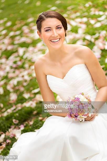 Elegante Braut lächelnd und Blick in die Kamera