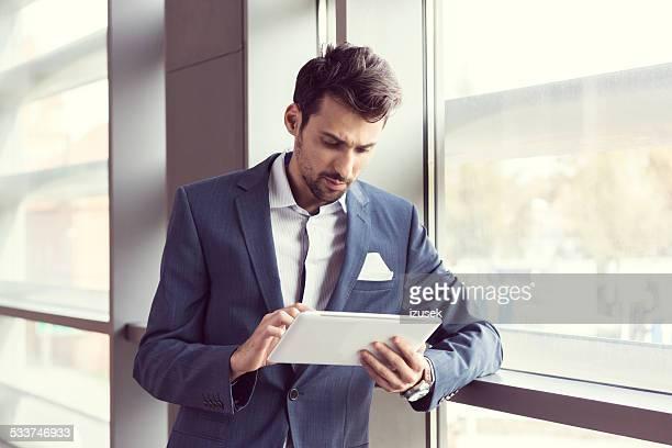 Homme d'affaires élégant à l'aide de Tablette numérique