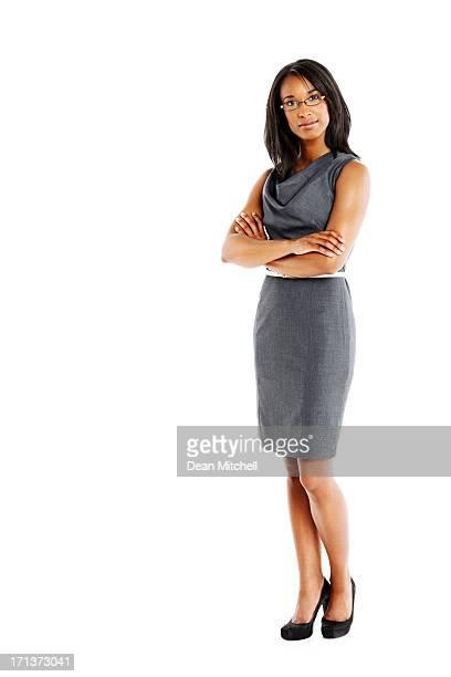 Elegante Geschäftsfrau mit Arme verschränkt