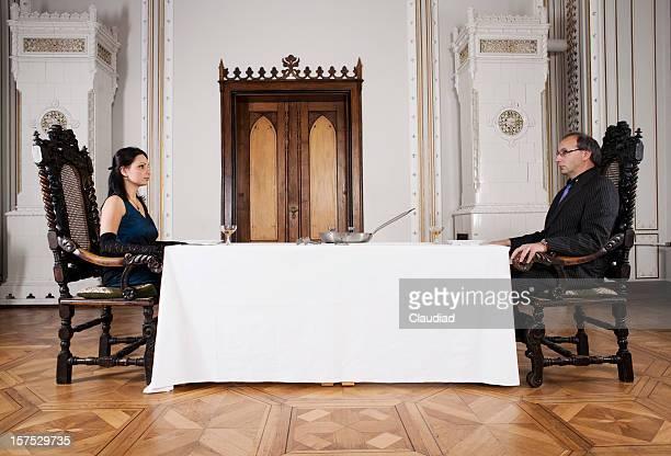 couple élégant sur une table