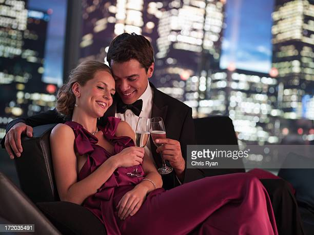 Elegante coppia bere Champagne a notte