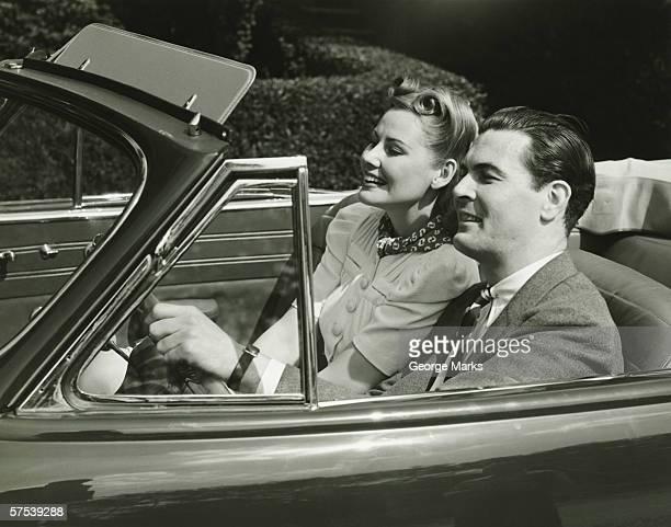 Elegante coppia equitazione in in auto cabrio, (B & W