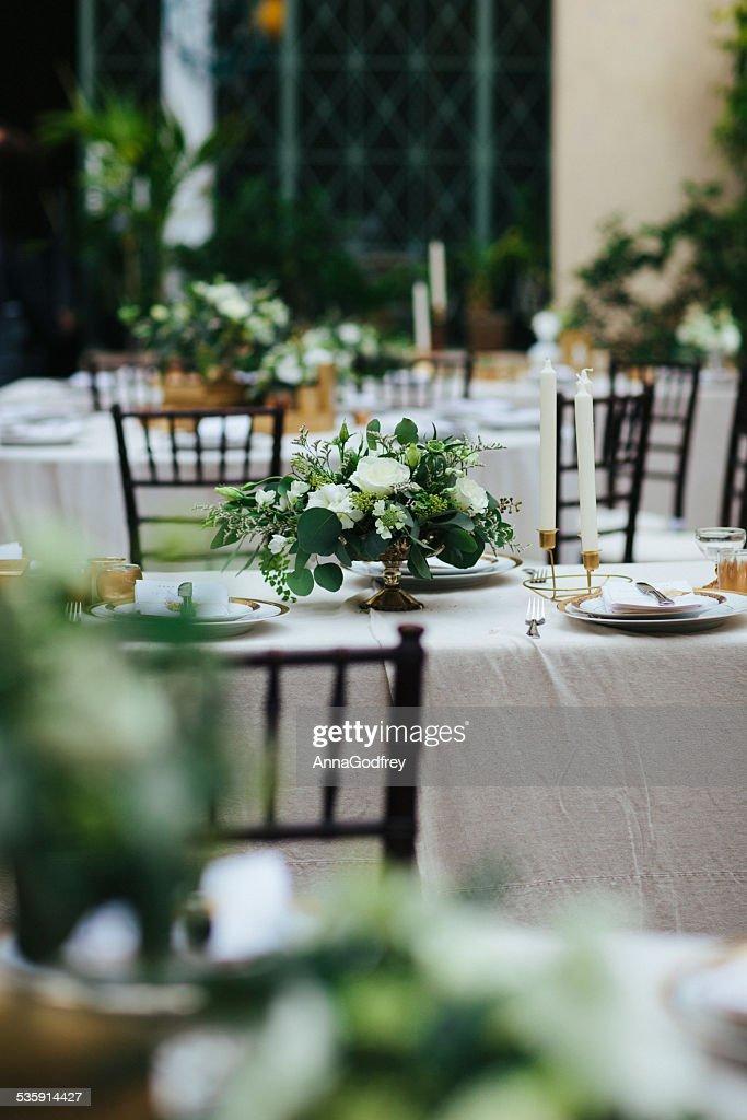 Elegante mesa de comer en el patio : Foto de stock