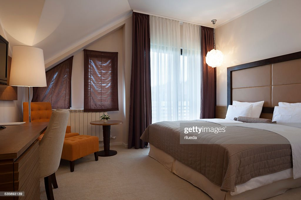Elegant double bed hotel room : Stockfoto