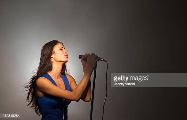 Elegante mujer vocalist