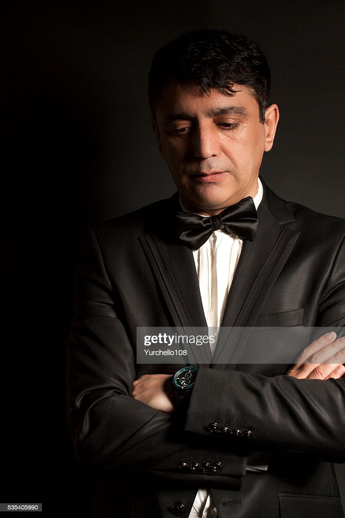 Vestido negro elegante hombre