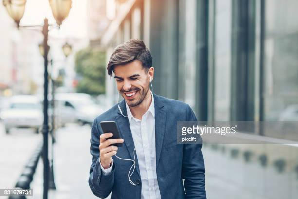 Eleganten Mann mit smart phone