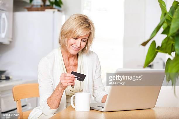Elegante mujer mayor de compras en línea
