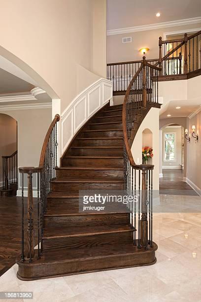 Elegante Treppe in einem gehobenen zu Hause fühlen.