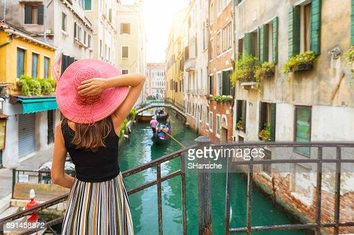 Femme élégante jouit de la vue à un canal à Venise : Photo