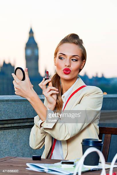 Elegante Frau in London bei Sonnenuntergang