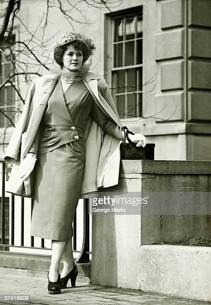 Elegante Frau posieren auf dem Gehweg, (B & W