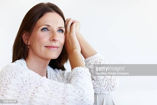 Elegante Frau entspannend wie zu Hause fühlen.