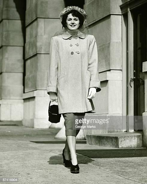 Elegante Frau zu Fuß auf dem Gehweg, (B & W