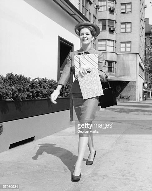 Élégante Femme marchant sur la rue de shopping (B & W