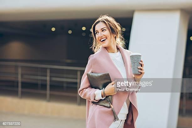Elegante mulher andar ao ar livre, olhando para trás