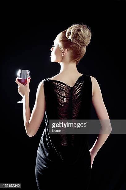 Élégante femme avec verre à vin