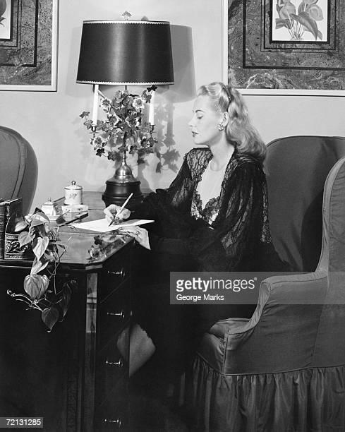 Elegante Frau Schreiben auf Schreibtisch (B & W