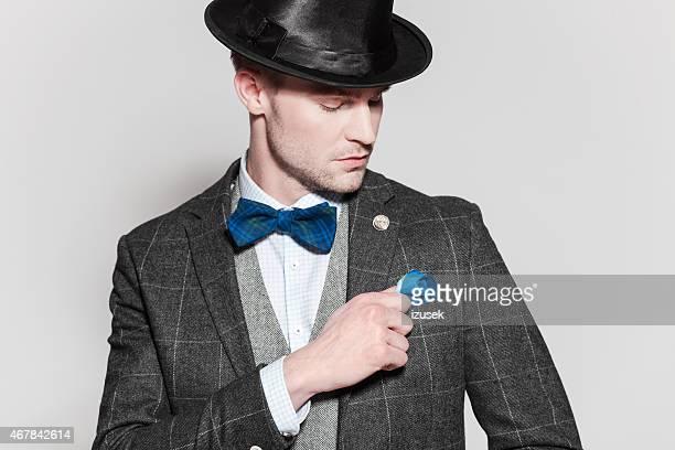 Elegante junger Mann mit tweed-Jacke, Fliege und Melone