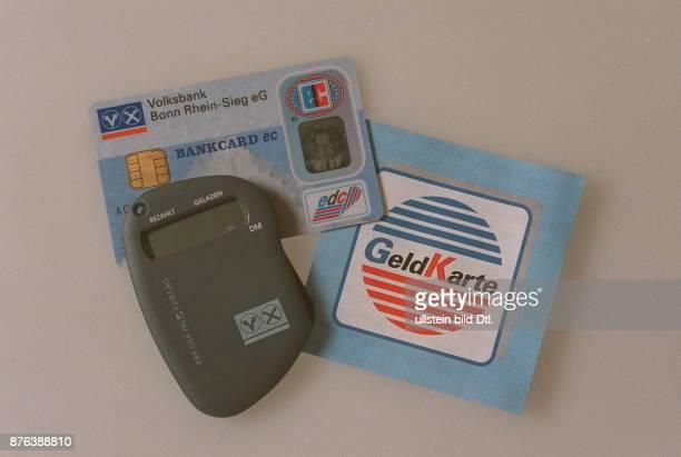 'Elektronische Geldbörse' ECKarte die elektronisch mit bis zu 400 DM aufgeladen werden kann Mit Lesegerät und 'GeldKarte' Zeichen 1997