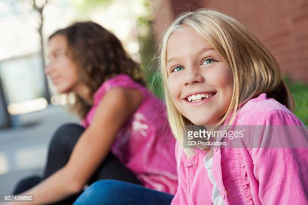 Âge élémentaire fille se trouve à l'extérieur de l'école