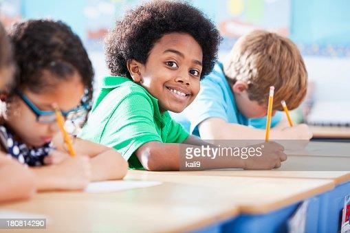 Resultado de imagen de niños en clase escribiendo