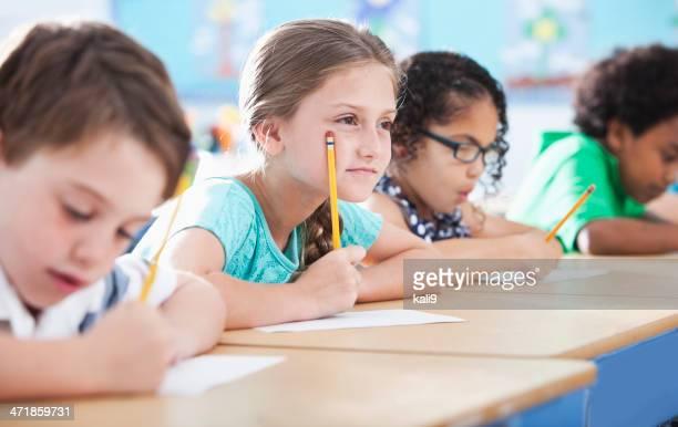 Grundschule Kinder Schreiben in Klasse