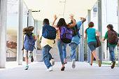Grundschule Schüler Laufen im Freien