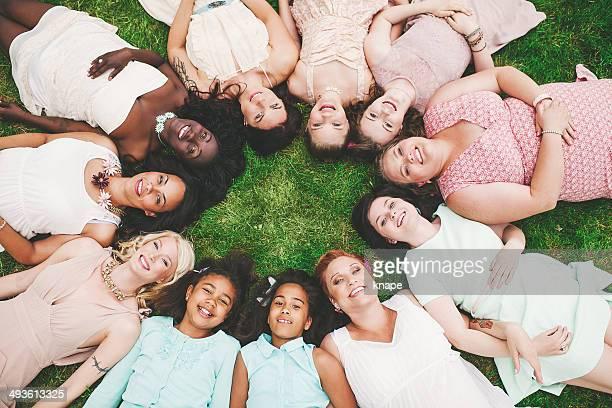Onze Femme dans un groupe-cercle de mère et fille