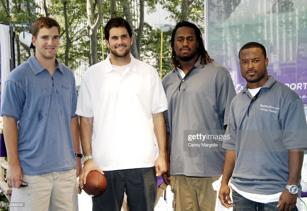 Eli Manning of the New York Giants Matt Leinart of the Arizona Cardinals Vernon Davis and Sinorice Moss of the New York Giants