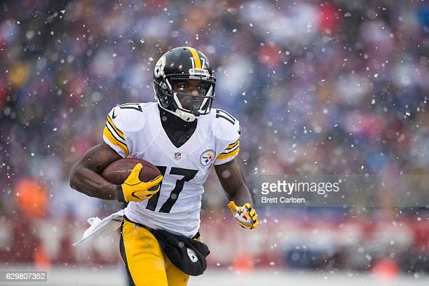 Eli Rogers of the Pittsburgh Steelers carries the ball during the first half against the Buffalo Bills on December 11 2016 at New Era Field in...