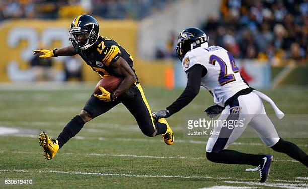 Eli Rogers of the Pittsburgh Steelers carries the ball on an end around in the first quarter during the game against the Baltimore Ravens at Heinz...
