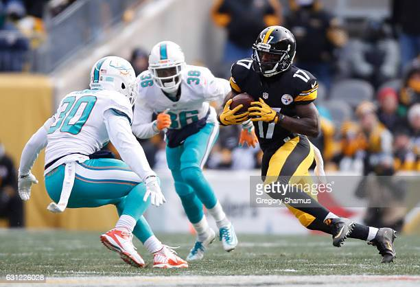 Eli Rogers of the Pittsburgh Steelers runs after catching a pass during the first quarter against the Miami Dolphins in the AFC Wild Card game at...