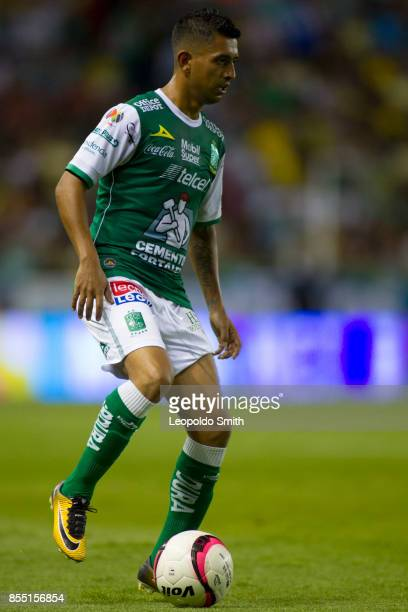 Elias Hernandez of Leon controls the ball during the 11th round match between Leon and Pachuca as part of the Torneo Apertura 2017 Liga MX at Leon...