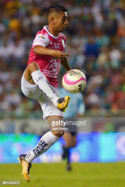 Elias Hernandez of Leon controls the ball during the 13th round match between Leon and Tigres UANL as part of the Torneo Apertura 2017 Liga MX at...