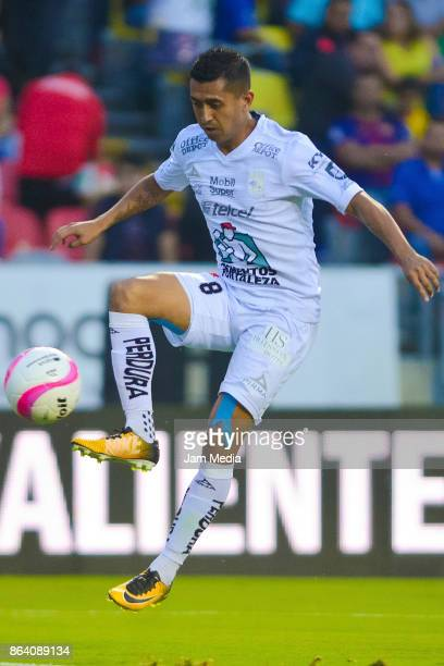 Elias Hernandez of Leon in action during the 14th round match between Morelia and Leon as part of the Torneo Apertura 2017 Liga MX at Morelos Stadium...