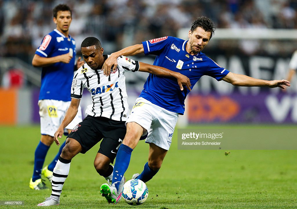 Elias (L) of Corinthians and Paulo Andre of Cruzeiro in action during the match between Corinthians and Cruzeiro for the Brazilian Series A 2015 at Arena Corinthians stadium on August 23, 2015 in Sao Paulo, Brazil.