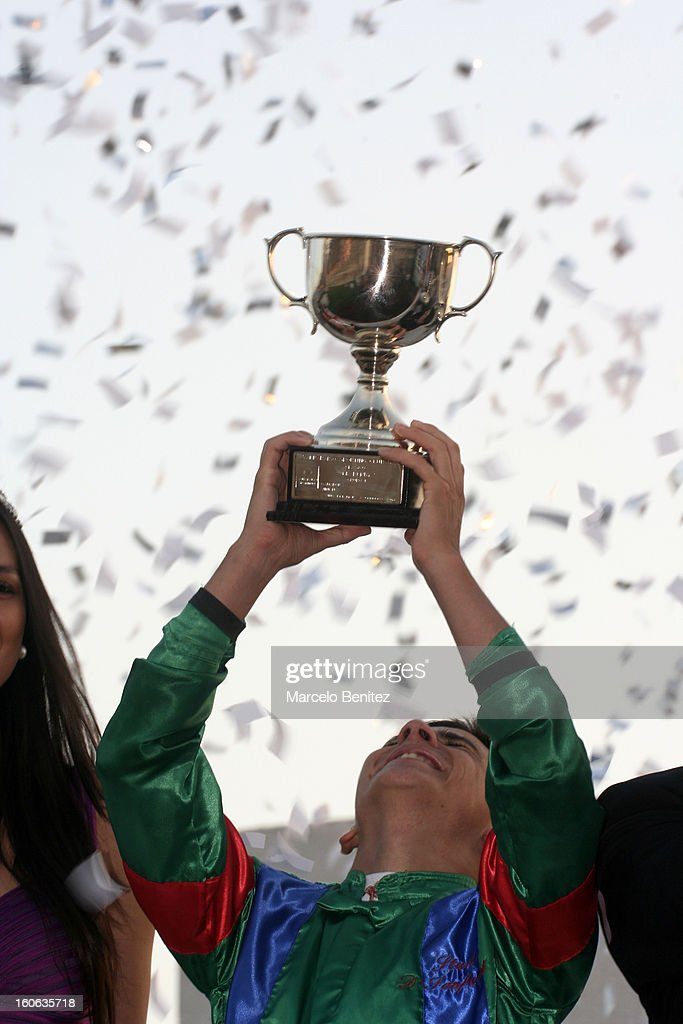 Elias Toledo lifts Derby 2013 cup after winning the race on February 3 in Viña del Mar, Chile.