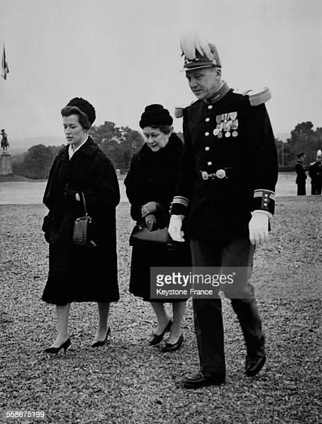 Elisabeth de Gaulle Yvonne de Gaulle et le Commandant Grosjean pendant une visite du General de Gaulle a l'ecole speciale militaire de SaintCyr...