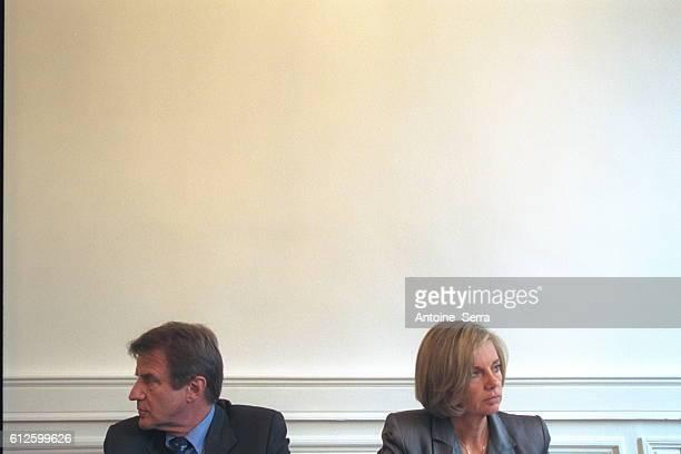 Elisabeth Guigou and Bernard Kouchner meet the unions of the hospital staff as they reach an agreement on the conditions of the hospital staff