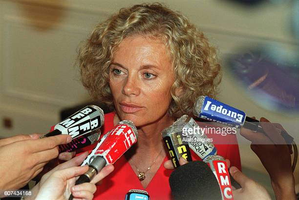 Elisabeth Guigou answering journalists' questions