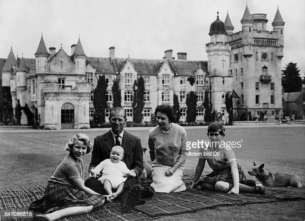 Elisabeth II *Koenigin von GB seit 1953 Anne Prinz Philip mit Prinz Andrew Elisabeth und Charles vor Balmoral Castle Schottland der Sommerresidenz...