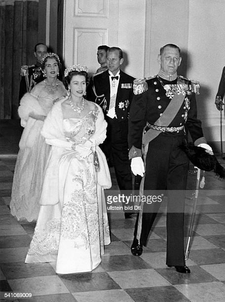 Elisabeth II *Koenigin von GB seit 1953 Besuch in Daenemark Empfang durch Koenig Frederik im Hintergrund Koenigin Ingrid und Prinz Philip