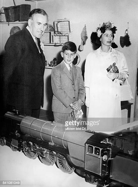 Elisabeth II *Koenigin von GB seit 1953 betrachtet mit ihrem Sohn und Thronfolger Prinz Charles eine Modelleisenbahn