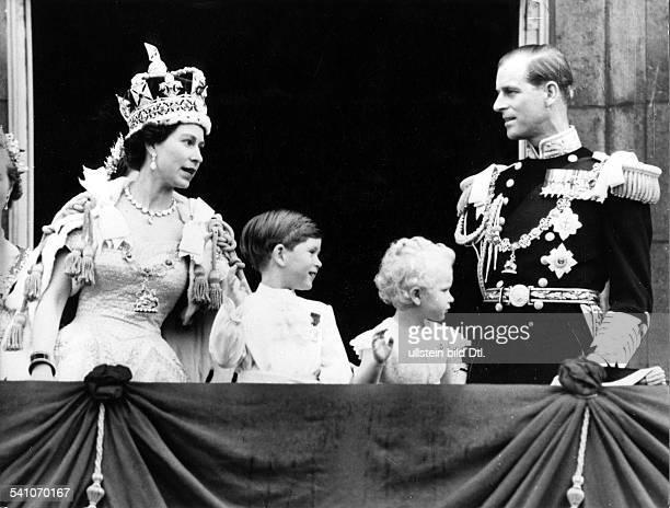 Elisabeth II *Koenigin von GB seit 1953 die Koenigin mit Prinz Charles Prinzessin Anne und Ehemann Prinz Philip nach der Kroenung auf dem Balkon von...