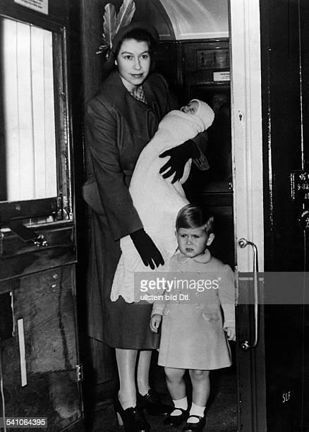 Elisabeth II *Koenigin von GB seit 1953 Ganzkoerperaufnahme mit ihren beiden Kindern Prinz Charles und Prinzessin Anne auf der Eisenbahnfahrt zu...