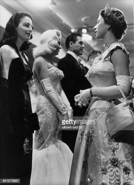 Elisabeth II *Koenigin von GB seit 1953 im Gespraech mit der Filmschauspielerin Ava Gardner bei einer Filmpremiere